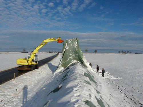 Das Vlies kann weit angehoben werden, sodass evtl. aufliegender Schnee beim Abdecken abrutscht (Foto: Südzucker AG)