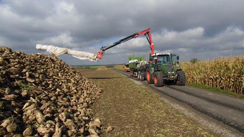 Mit dem weiten Auslegearm kann vom befestigten Weg aus abgedeckt werden (Foto: Südzucker AG)