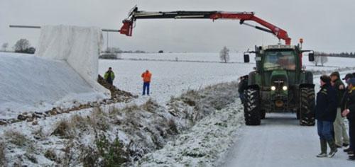 Das Vlies kann weit angehoben werden, sodass aufliegender Schnee abrutscht (Foto: Südzucker AG)